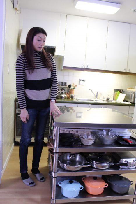 沢樹さん1番のこだわりの調理台。 広いスペースによって、複数の盛り付けを同時に行なうことが可能に。 更に「見なくても取り出せる」と語る収納スペースも兼ね備え、 手際よくお料理が楽しめるように…!