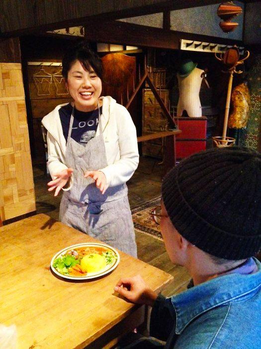 カレーを提供するときは「一人ひとりのお客さまにしっかり説明したい」という海木さん(photo/やましたよしみ)