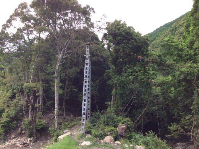 ワイヤーの支柱。ワイヤーで資材を吊って取水口と発電所位置に運ぶ。