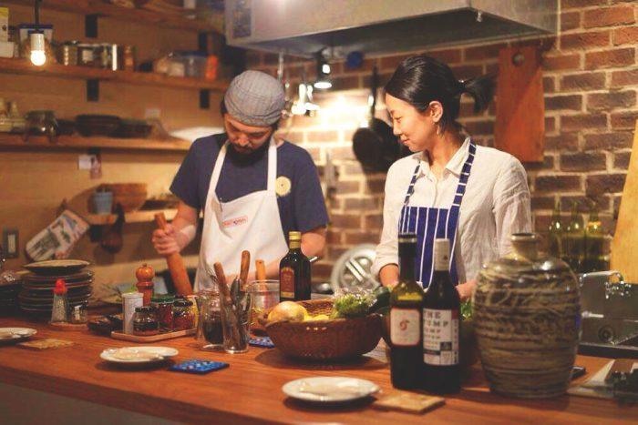 賢太さんと真紀さん。お客さんのほどんどが彼らに会いに来ている。(photo by oggysonic)