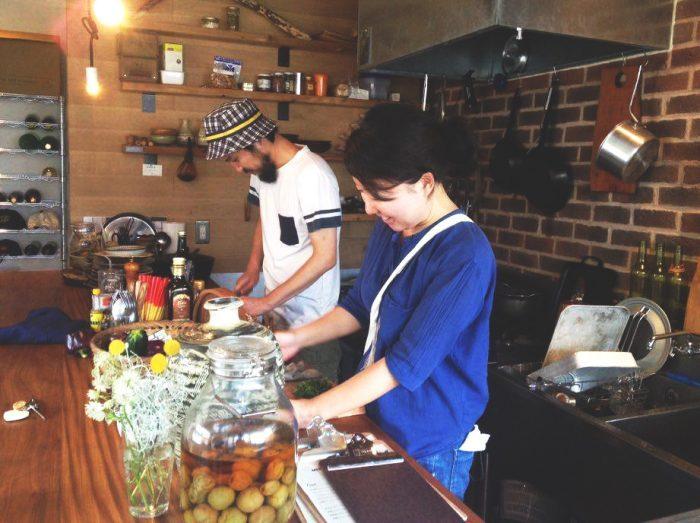 営業時間外に軽食をつくる小久保さん。小腹を満たしてから仕事をするそう。(photo by Yoshimi Yamashita)