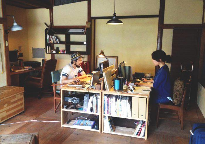 それぞれが仕事に集中したり、ときに相談したり。新たな仕事が生まれることも。(photo by Yoshimi Yamashita)