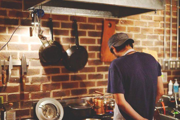 複数のお店を手がける賢太さん。「HAY grill & coffee」では料理人に徹する。(photo by oggysonic)