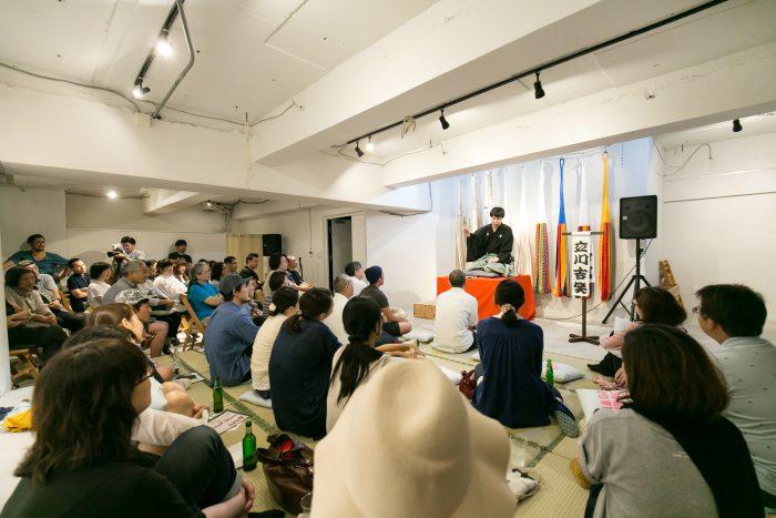 落語家とお客さんの距離が近いのがプチシネマ寄席の特長でもある。(photo by Hiroki Isohata)