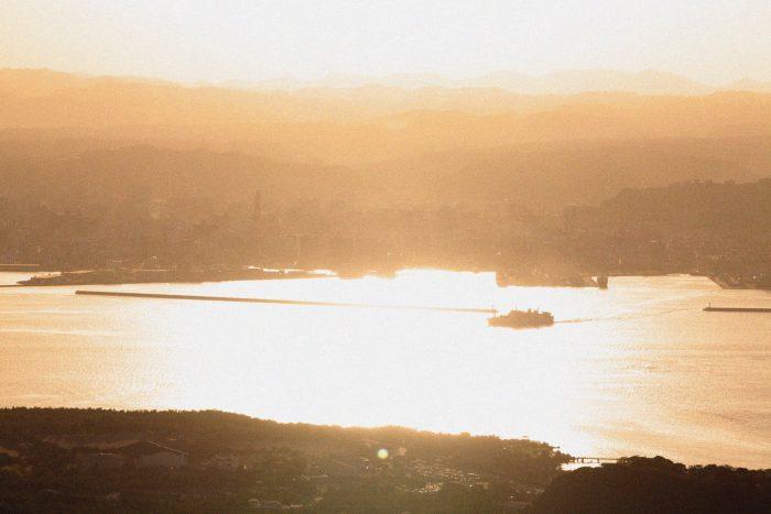 桜島側から見た錦江湾の夕暮れ