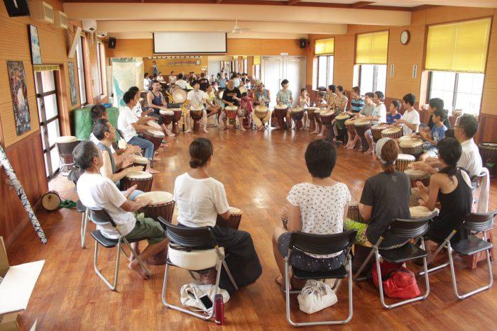 今年の夏で4回目を迎えた硫黄島ジャンベ・アフリカン合宿。日本全国から毎回50名ほどが参加しているそう。