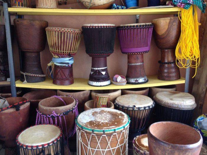 2階の工房にはセネガルやギニア、マリなどのジャンベがずらり。ジャンベは皮張りやメンテナンスも依頼できる。