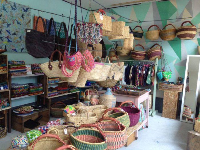 アフリカの雑貨や好恵さんのハンドメイド作品などが並ぶ店内。色鮮やかなカゴはついつい目移りしてしまう。