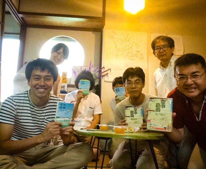 ボーダーTシャツで微笑むのが小村さん。読書会の終わりに参加者のみなさんと記念撮影。