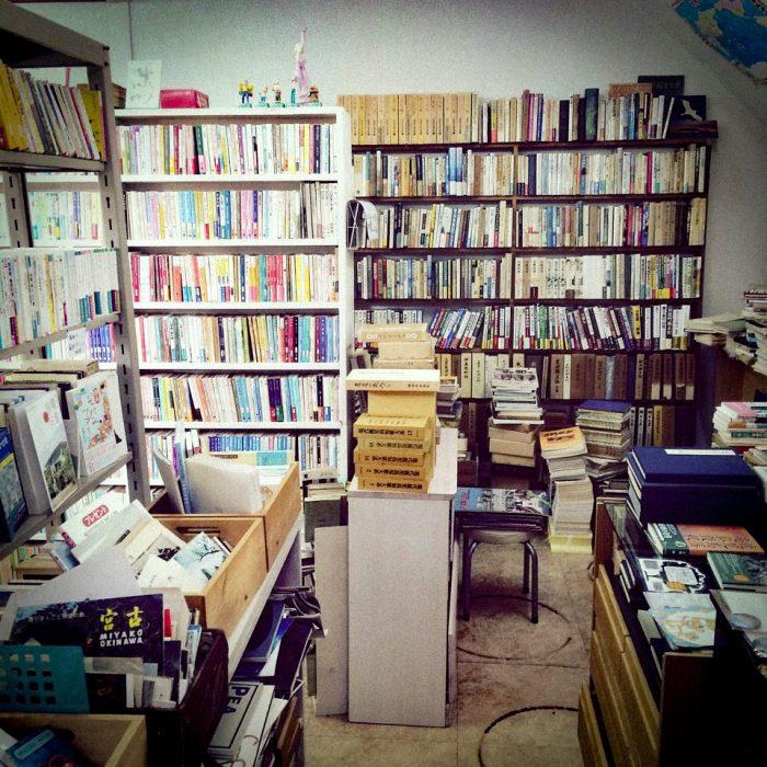 つばめ文庫の店内の様子。小村さんが丁寧にセレクトした本がところせましと並ぶ。
