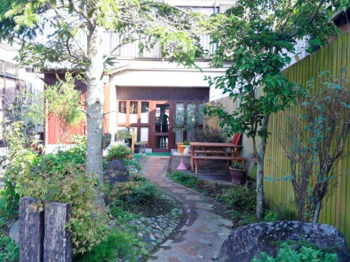 ハクの住処はこちらのカフェ「ハモニカン」の裏手にある。