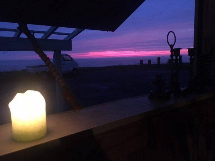 アトリエから見える江口浜の夕暮れ。ここでしか見られない景色がある。(画像提供/Mountain High Candle)