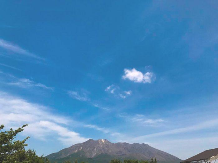 どっしりと構える桜島。山肌に荒々しさも感じられる。