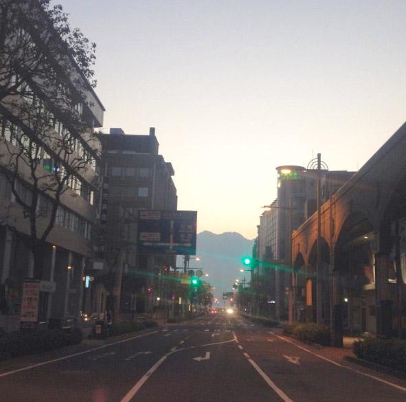 鹿児島市の朝日通りといづろ通りの交差点から見える、早朝の桜島。私が一番好きな桜島の風景。