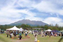 5月に桜島で開催された音楽フェス「WALK INN FES! 2017」の会場の様子。桜島をバックに来場者は思い思いの時間を過ごす。