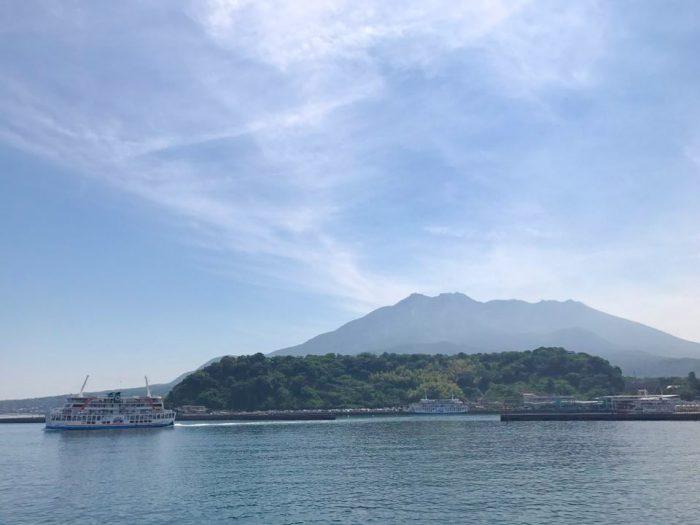 桜島フェリーから望む桜島。鹿児島市の市街地からフェリーで約15分。何度乗っても妙にワクワクするのが桜島フェリー。