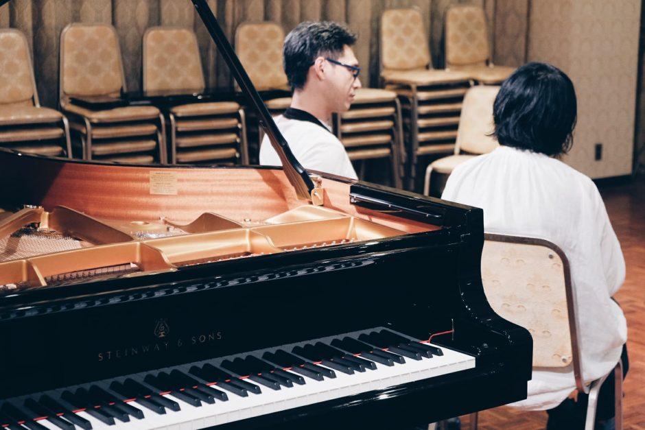 取材はLAGBAG MUSIC TOGO内のホールにて行われた。